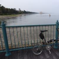 ブロンプトンで早朝ポタリング。今日の琵琶湖は静か・・・