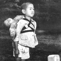 米従軍カメラマン・ジョー・オダネルの記録から・焼き場の前に立つ少年