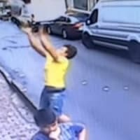 アパートから転落した幼児を少年がキャッチ!動画付き