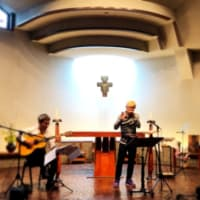 聖堂に響くハーモニカの調べ
