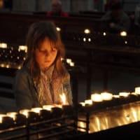 ケルン大聖堂⑥  堂内各所に様々な像や装飾があふれ、来場者をカソリックの世界に誘い込む。