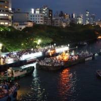 日本三大祭の大阪「天神祭」へ。水の都、大阪らしい川に浮かぶたくさんの船。