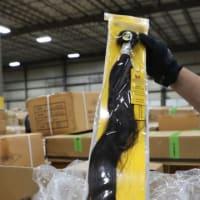 米税関、人の毛髪を使った製品13トン押収 新疆での強制労働の疑い