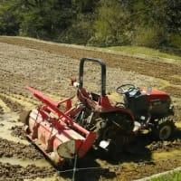 しんちゃんの山間の田圃・・・荒耕こしスタートです。