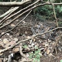 大土石流の発生地点である伊豆山・赤井谷の内側、メガソーラーの尾根下の川筋でも堆積していた土砂と放置された産業廃棄物の画像(2017年撮影)