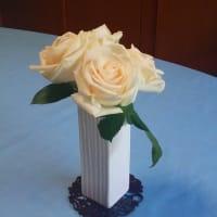 テーブル(食卓)にバラを飾って...しばし満悦に ((o(´∀`)o))