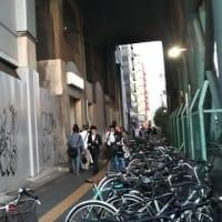 本日新今宮駅前を通って初めて新たな落書きを発見。浪速区・西成区の建物の塀という塀、シャツターにはアートというか落書きが。町中落書きだらけですが消せる落書きは器物損壊にならないとか。