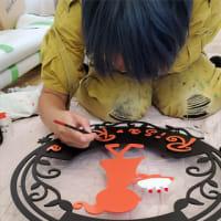 ケーキ屋さん「Patisserir Cafe Risa Risa (パティスリーカフェ リサリサ)」様の吊り下げ看板を塗装中