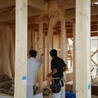 (仮称)暮らしのシーンに和モダンのエスプリが集う格子の家新築工事の現場では先週末の上棟後早速現場での打ち合わせもスタートしてより良い意味での吹き抜けと階段のバランスから。