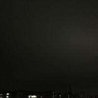雲あかりの空に