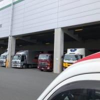 大きな倉庫は大型トラックがいっぱい