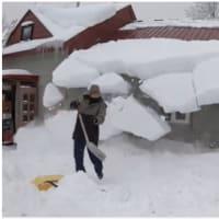 突然屋根から雪が落ちてくる