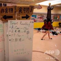 <香港情報>11/20:香港当局、700人以上を逮捕=24日の区議選実施に懸念も / 香港警察の暴力記録11月18日 警察車両がデモ隊に突っ込み ドミノ倒しに。