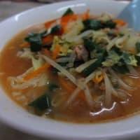 「亀恵食堂(かめえしょくどう)」、昔の雰囲気の食堂で、焼肉定食、ミソラーメン、シューマイ