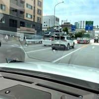カメラ満載の車が国道を