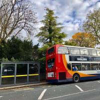 イギリスらしい(と決めつける)秋らしい紅葉のバス通りの光景、コロナウィルスの話は今回🈚