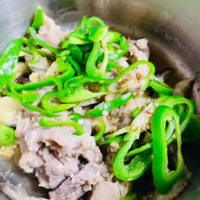 豚コマを味噌味醂で漬けて蒸すとプリプリ。