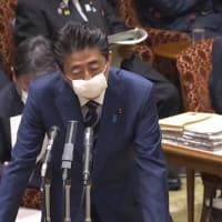 安倍晋三首相らもマスク姿で答弁
