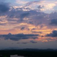 雲に覆われた夕陽