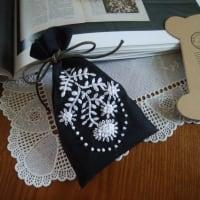 マーガレットの刺繍をしたサシェを作ったのと、リンネルの保冷グッズ。