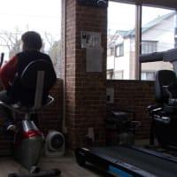 体幹リハビリでは出てきた利用者はマシーンを 漕ぐ。出てくる人は常連ばかり、休んでいる人はどうしたのか気になる。