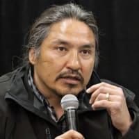 記者会見する、暴行を受けたカナダの先住民族の男性(Jason Franson/The Canadian Press via AP)