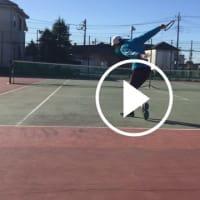 ■バックハンドスライス 低い打点で打つバックハンドスライのポイント②「膝を深く曲げない」 〜才能がない人でも上達できるテニスブログ〜