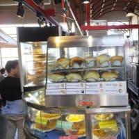 パブリック・マーケットでパイをいただく バンクーバー