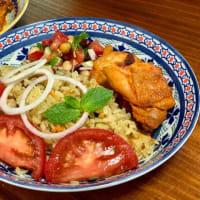 ビリヤニ、タンドリーチキン、カチュンバのインド風プレート