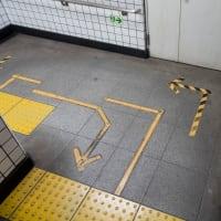 階段上での「右側通行」「左側通行」の表現
