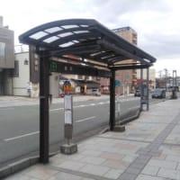 微動するバス停