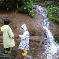 森のようちえんで川遊び