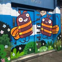 不滅です!マンチェスターのシンボル、ハチ人気!マンチェスターのタウンセンターで同時多発アート表現