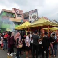 活気に溢れるマレーシアの「パサール:夜市」はいつでも人で賑わう。