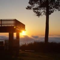 美しい日の出と霧の海