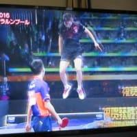 卓球の世界選手権で優勝した中国の馬龍選手が卓球台の上に飛び乗って勝利の雄叫びを