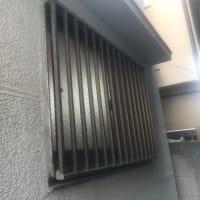 洗濯機の搬入路が狭く、窓から入れました
