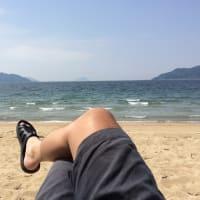 海で読書。