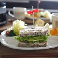 胡麻パンでハムレタスサンドと、ミックスサンドイッチ、どちらがお好きですか?
