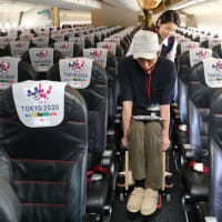 JAL、羽田で障害者向け体験会 木製車いすでそのまま搭乗