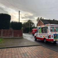 人けのない住宅街の行き止まり、秋の日暮れ前にソフトクリームが売れたイタリア移民の家族ビジネスアイスクリームヴァン