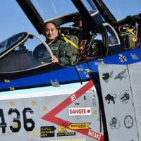 菅総理、退役するF-4ファントムⅡに搭乗
