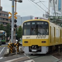 京急イエローハッピートレイン 1064 【八ッ山橋踏切:京急本線】 2020.NOV