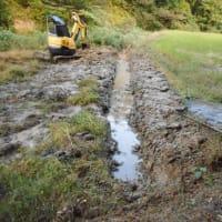 山間の田圃・・・水路の修復作業・・・イノシシの悪戯に困りはてています。