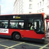 「神は存在しない」イギリスで無神論者の挑戦的なバス広告、意外な反響が