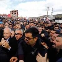 CHPのクルチュダルオール党首が戦死した兵士の葬儀で攻撃された