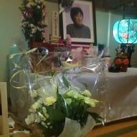 葬儀から2週間過ぎましたが・・・女将の祭壇、また新たなお供えのお花を頂きました。