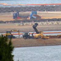 K8護岸とK9護岸で土砂の陸揚げに抗議