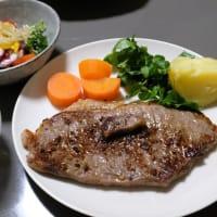 A5ランク佐賀牛ロースステーキ入荷。ミディアム・レアで焼いて食べて千切り大根と湯葉のおつゆもおいしかった!本日は以上です。