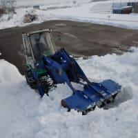 掘り出した雪に埋まった公民館